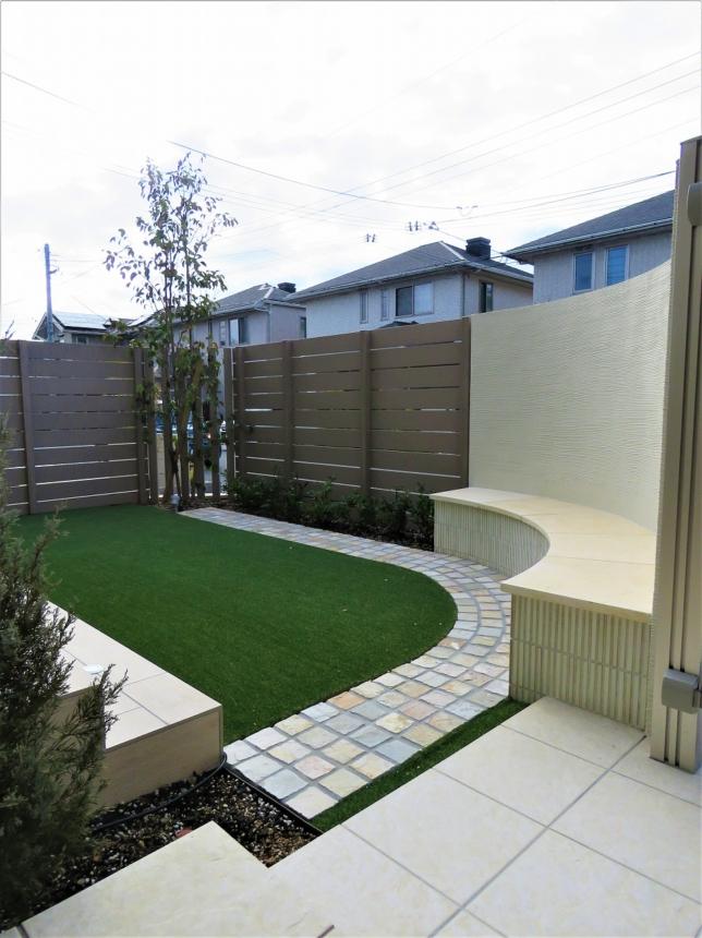 Rラインのベンチがあるお庭